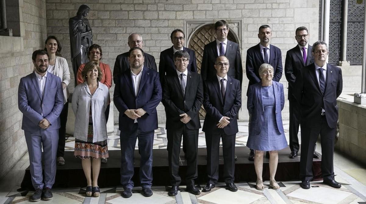 Foto de familia del nuevo Govern, tras la toma de posesión de los nuevos consellers Joaquim Forn, Jordi Turull y Clara Ponsatí.