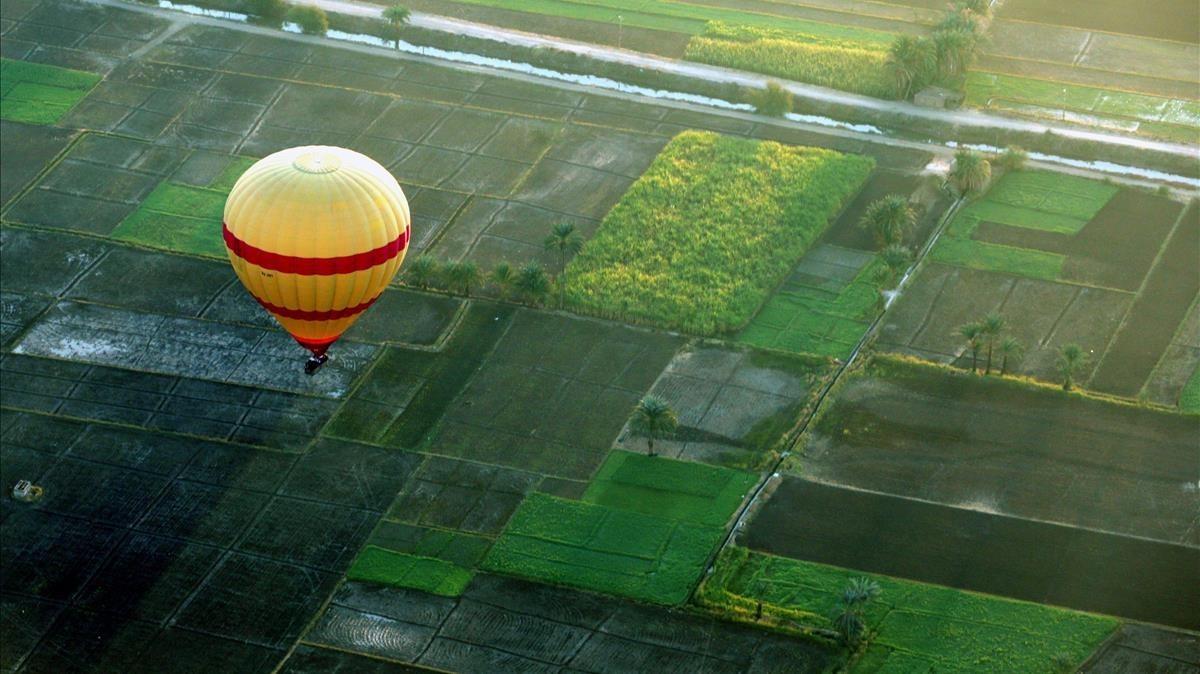 Fotografía de archivo, fechada el 9 de diciembre de 2017, que muestra un globo aerostático mientras sobrevuela una aldea egipcia en Luxor.