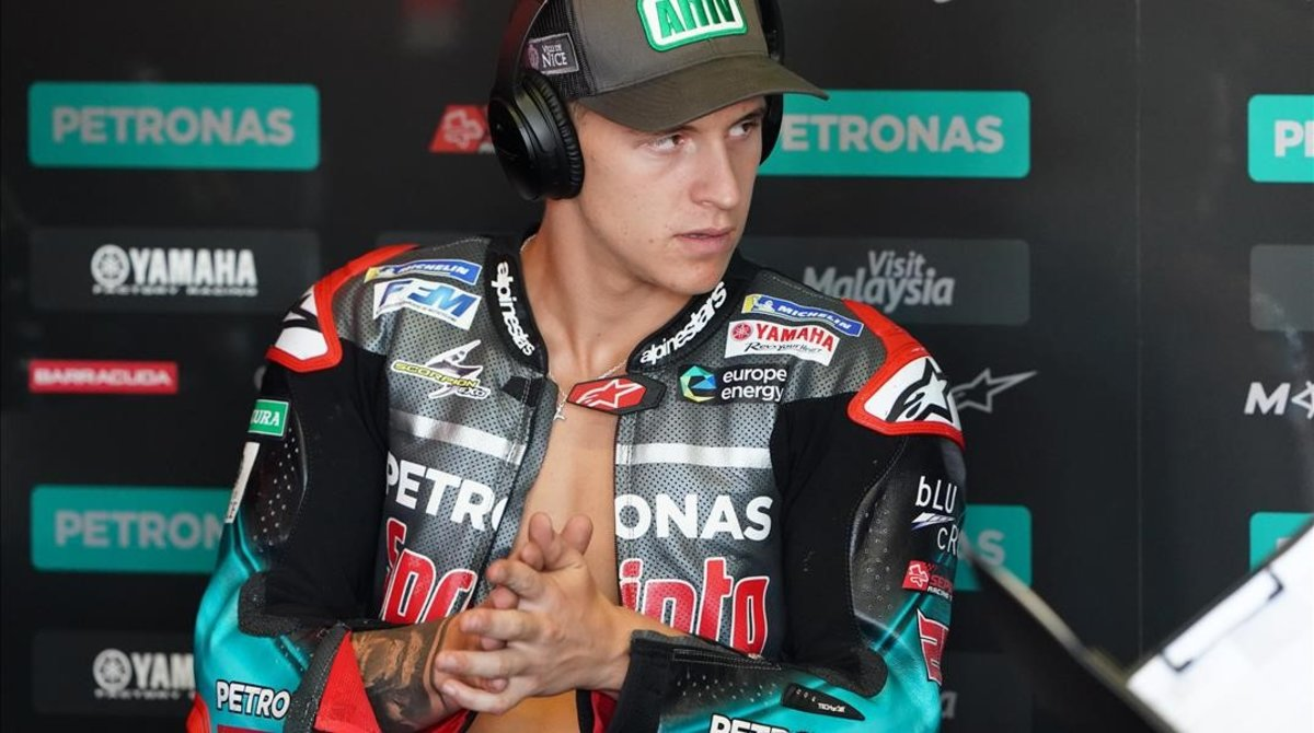 El francés Fabio Quartararo se prepara, en el boxe de Petronas Yamaha, para uno de los entrenamientos de Misano.