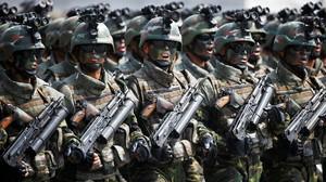 Fuerzas especiales norcoreanas desfilan durante el Día del Sol en Pionyang.