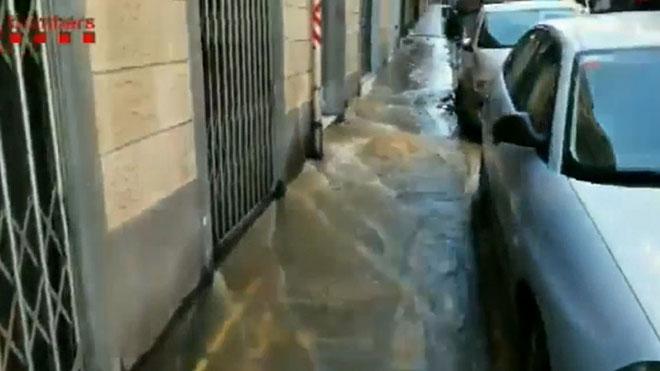 Espectacular fuita d'aigua en un carrer de L'Hospitalet