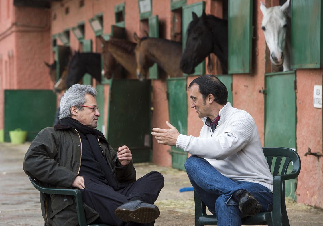Gábor Somssich y Eduard Martorell, en una escuela de equitación en la ladera de Collserola.