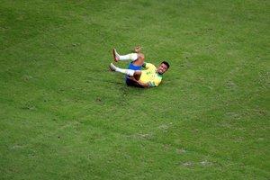 Gabriel Jesús, caído en el césped, durante el partido ante Venezuela.