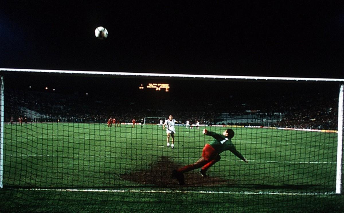 Graziani dispara un penalti ante Globelaar en la final de la Copa de Europa de 1984.