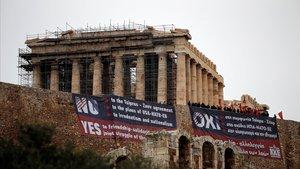 Miembros del Partido Comunista Griego protestancontra el acuerdo frente al Parthenon en Atenas.