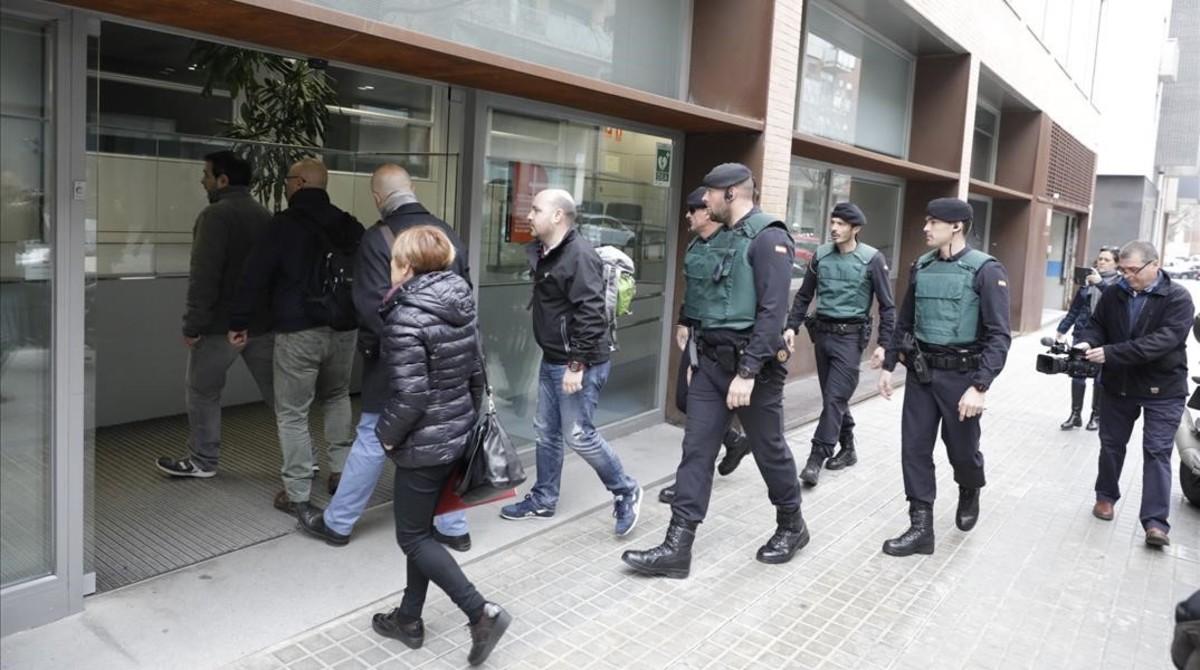 La Guardia Civil, a la entrada de las oficinas de BIMSA, en la calle Bolivia de Barcelona.