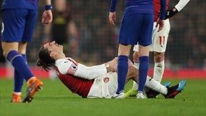 Héctor Bellerín durante el momento de su lesión en el Arsenal - Chelsea.
