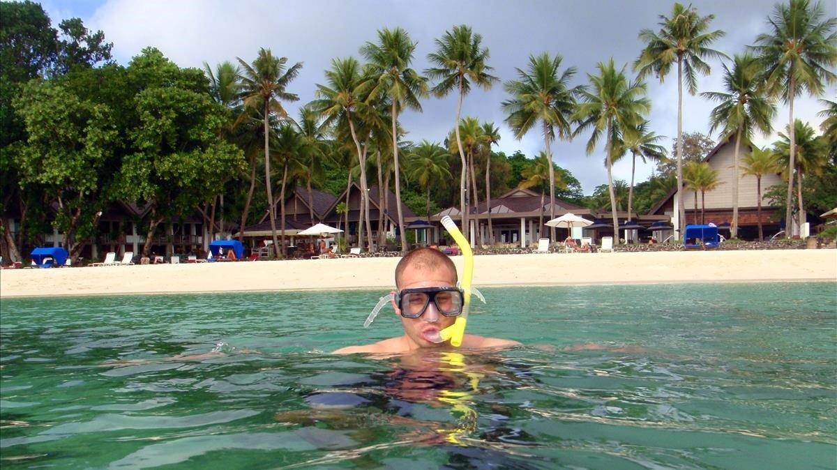 Un hombre bucea en aguas de la República de Palau.