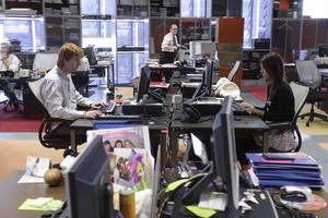 Un hombre y una mujer, en una oficina, en una imagen de archivo.