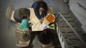Dos técnicas de Cruz Roja imparten clases a dos refugiadas en la Casa Bloc, en febrero.