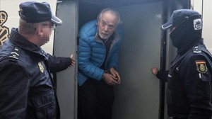 Bartolomé 'Tolo'Cursach baja de un furgón policial para entrar en los juzgados de Palma.
