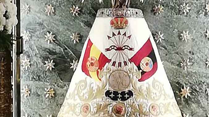 La iglesia oficia hoy 17 misas para exaltar la figura del dictador. La virgen del Pilar de Zaragoza, con el manto de la Falange.