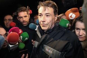 Ignacio González, rodeado de periodistas, a su salida de la cárcel de Soto del Real, el miércoles pasado.