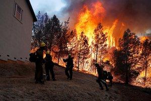 Algunas personas siguen atrapados en la zona afectada por el fuego a la espera de poder ser rescatados por los servicios de emergencia.