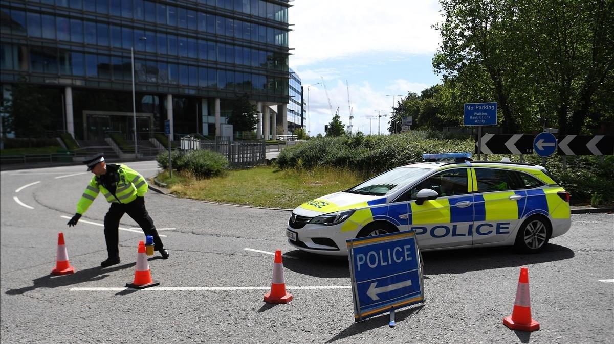 Cordón policial en el lugar donde al pasado 21 de junio tres personas fallecieron tras ser apuñaladas enForbury Gardens, un incidente que el Gobierno británico investiga como un acto terrorista.