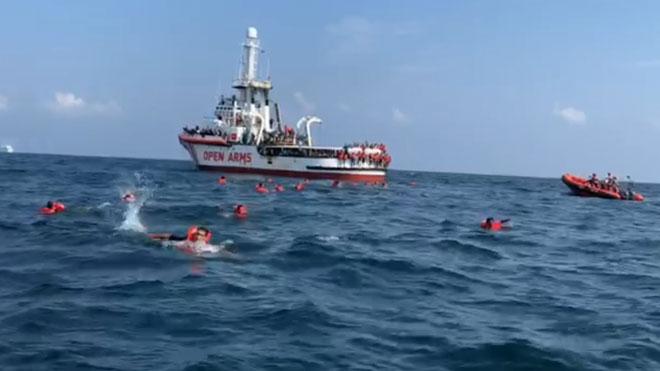 Inmigrantes del Open Arms se tiran al agua, desesperados, frente a las costas de Palermo.