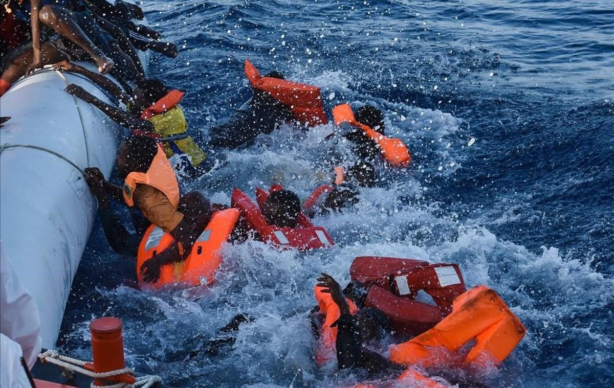 Refugiados dominados por el pánico durante una operación de rescate frente a las costas de Libia.