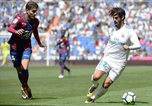 Isco conduce el balón durante el partido de Liga contra el Levante.