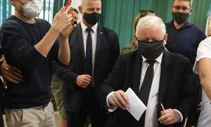 Jaroslaw Kaczynski, líder del ultraconservador Ley y Justicia, deposita su voto en las elecciones presidenciales de este domingo, en Varsovia.