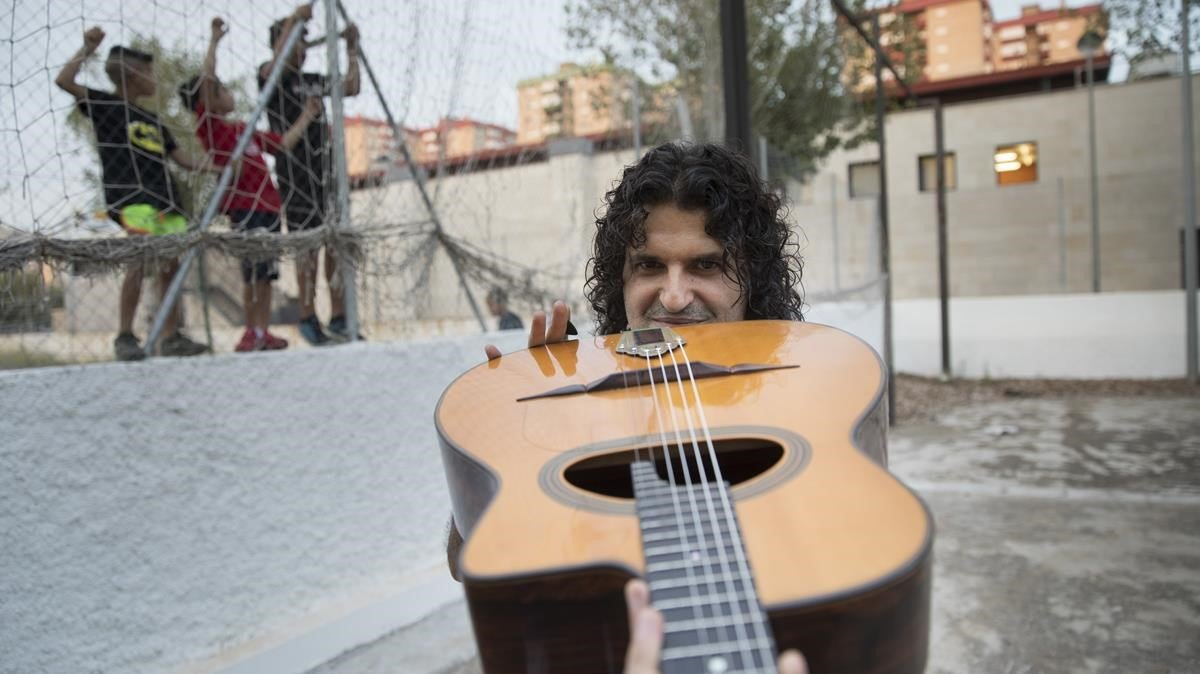 Albert Bello, profesor de jazz manouche o jazz gitano, en la Escola Municipal de Música de LHospitalet de Llobregat.