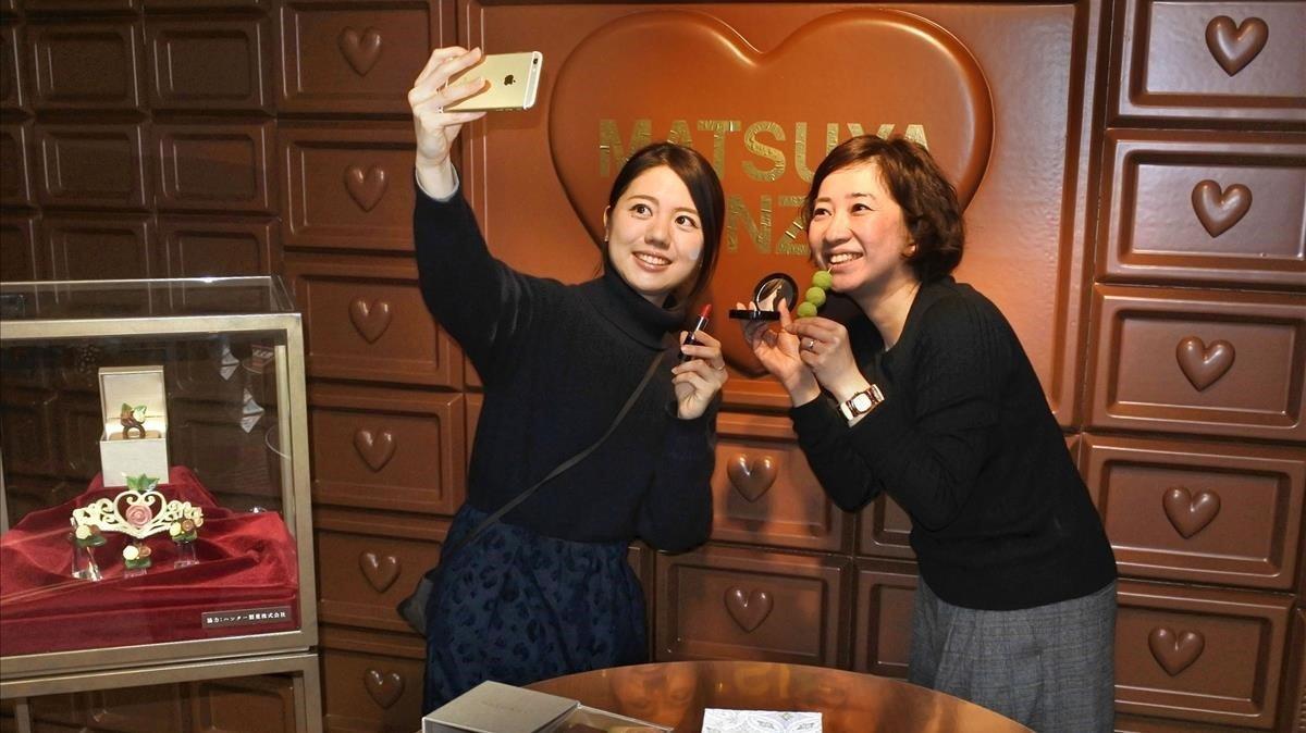 Dos mujeres en una tienda de chocolates en Tokio.