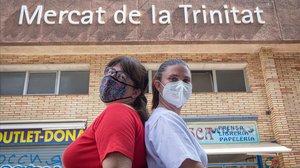 Isabel y Charo, hace unos días frente al mercado del barrio.