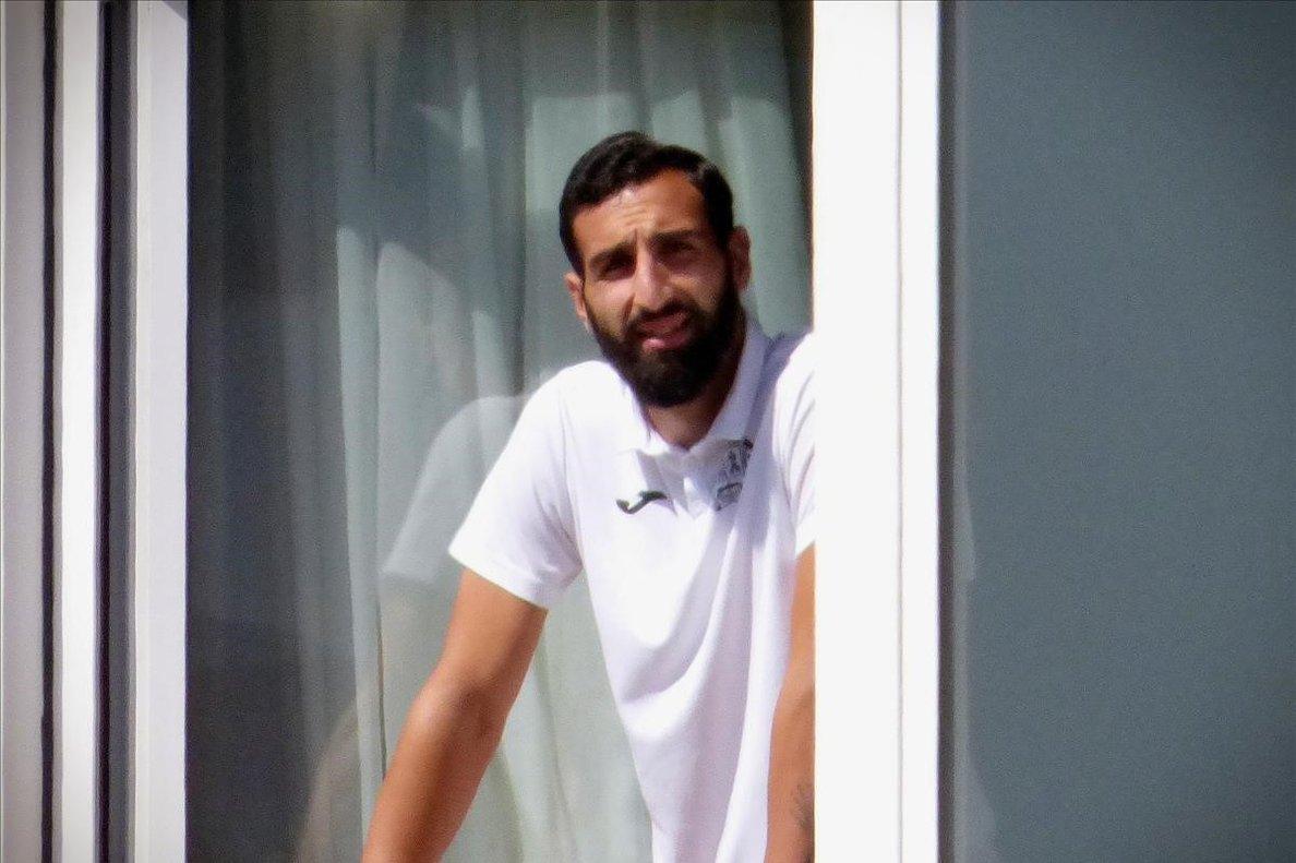José Rodríguez, jugador del Fuenlabrada, asomado a una de las ventanas del hotel Finisterre donde están recluidos