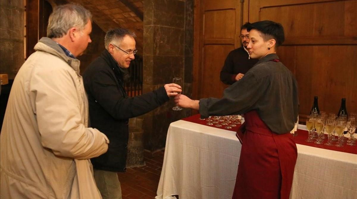 Zaira Sains, de Shuup, sirve copas de cava en el Palau Güell