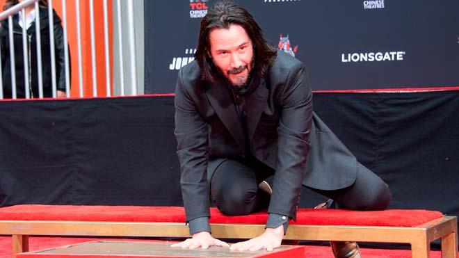 El actor canadiense Keanu Reeves ha inmortalizado este jueves sus huellas y firma en cemento frente al Teatro Chino de Los Ángeles.