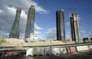 Las cuatro torres de la antigua ciudad deportiva madridista, durante su construcción.