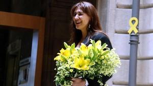 Laura Borràs recibe un ramo de flores de parte de los trabajadores del Departament de Cultura.
