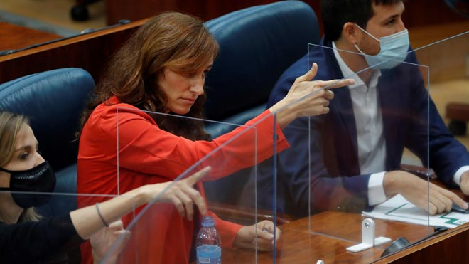 La líder regional de Más Madrid simula disparar a Lasquetty en el pleno.