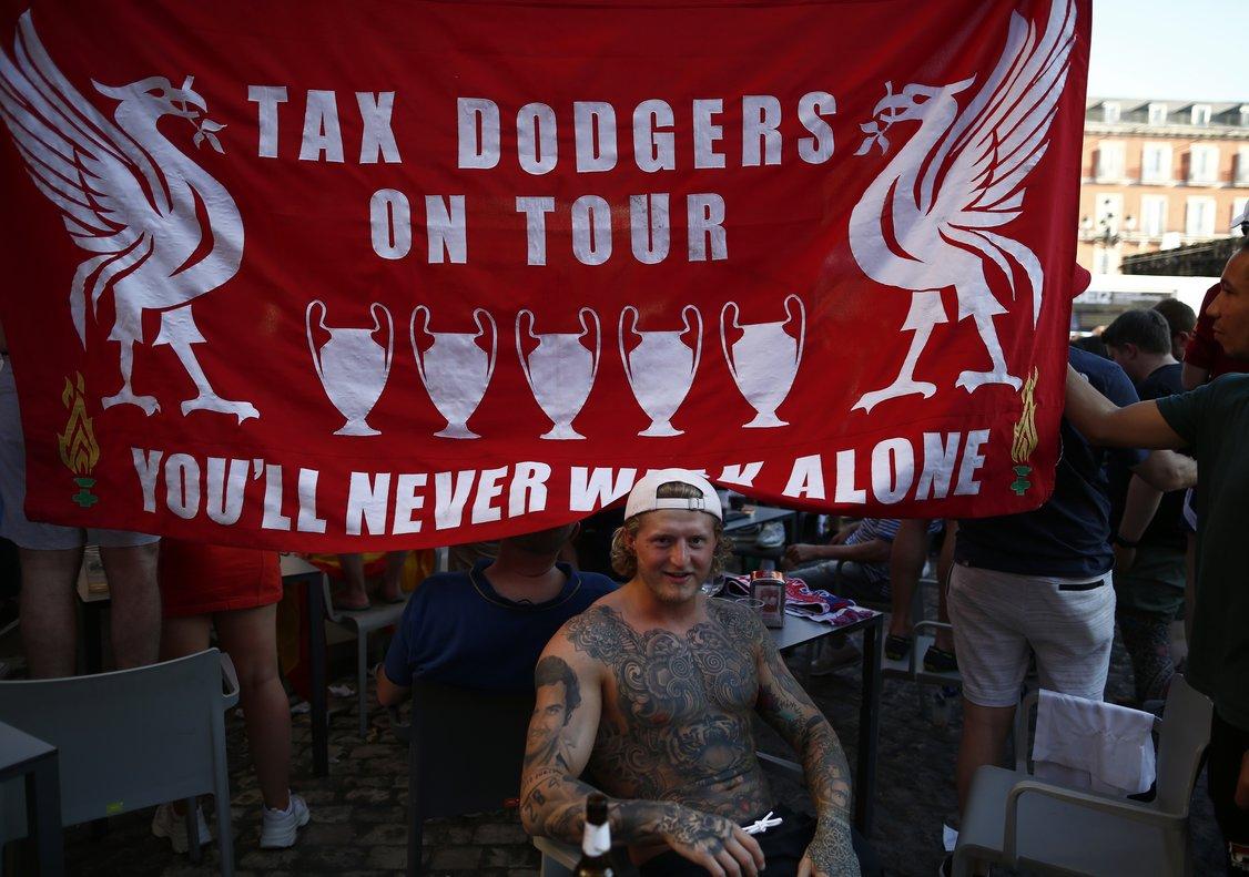 Un aficionado del Liverpool, junto a otros compañeros, en la Plaza Mayor de Madrid.