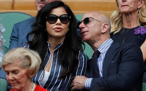 Jeff Bezos y Lauren Sánchez, en la final de Winbledon.