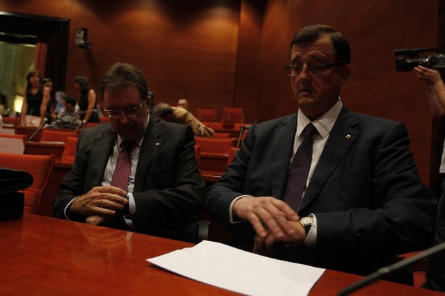 Los 'consellers' Cleries y Mena, poco antes de iniciar una comparecencia por la renta mínimaante el Parlament, en el 2011.