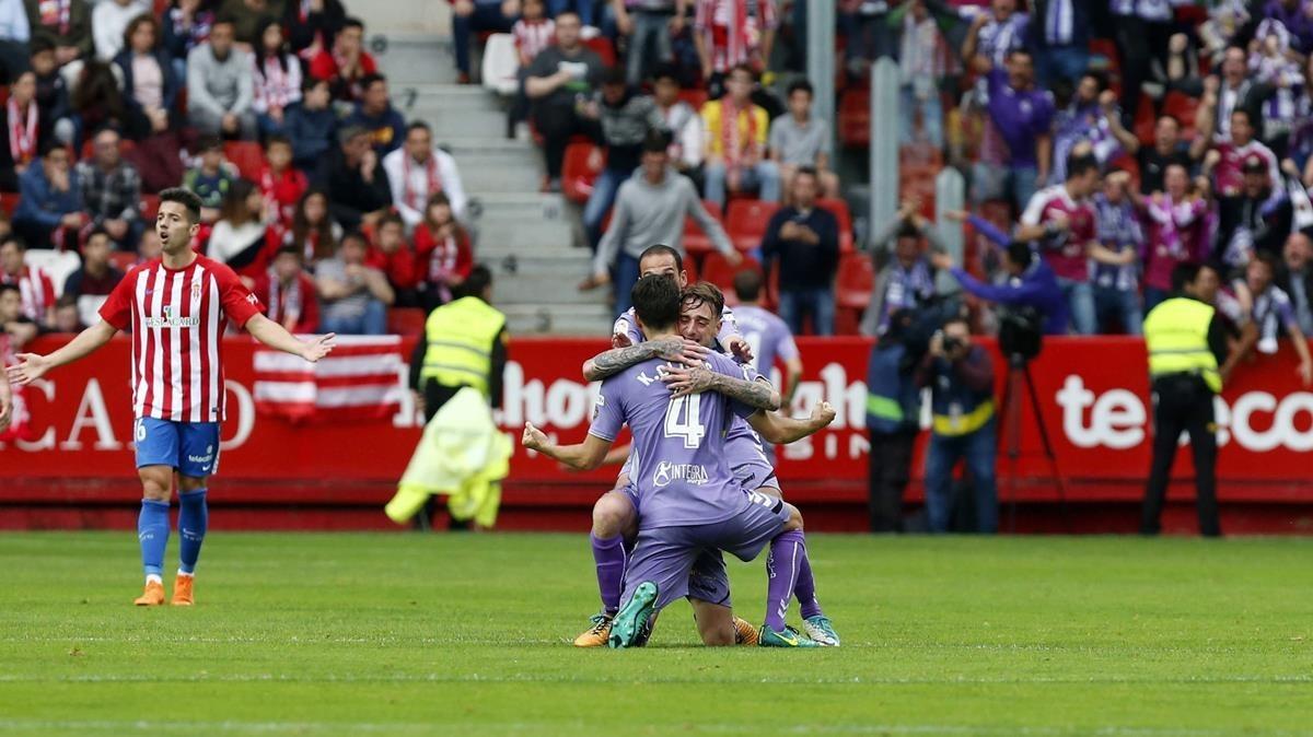 Los jugadores del Valladolid celebran en El Molinón su primer gol ante el Sporting.