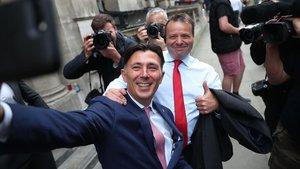 Andy Wigmore se hace un selfie junto aArron Banks el pasado mes de junio en Londres.