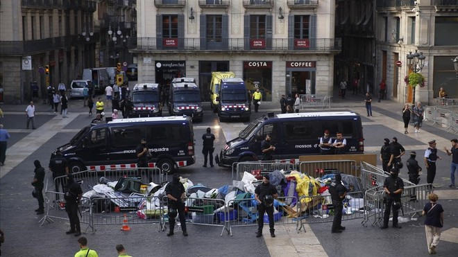 Los Mossos desalojan la acampada de la plaza Sant Jaume.