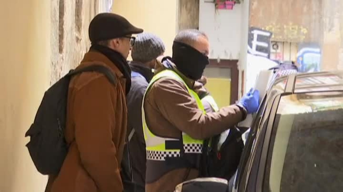 Los Mossos reclaman pistolas taser para poder reducir estas situaciones y mayor presencia policial.