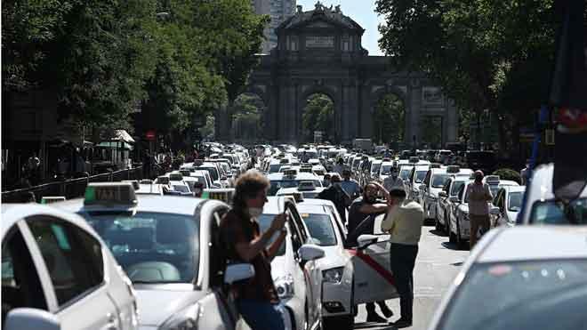 Los taxistas colapsan Madrid para exigir una desescalada.