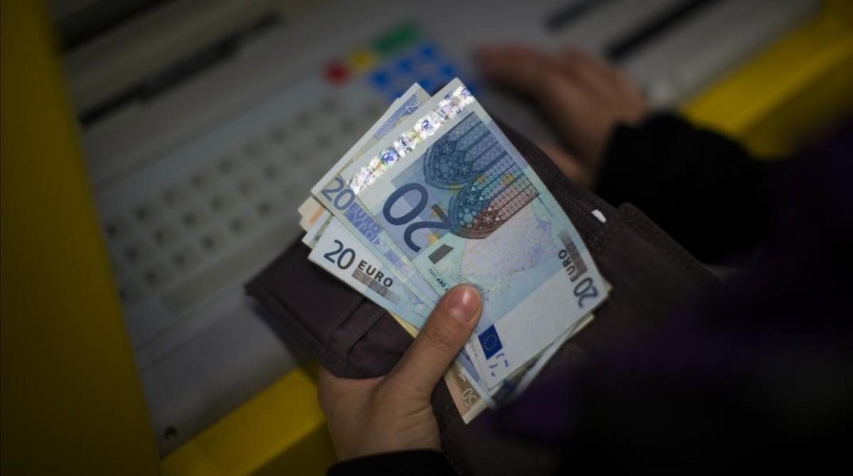 Billetes de euros suministrados por un cajero automático.