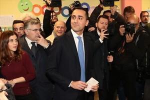 Luigi di Maio acude a votar en Nápoles.