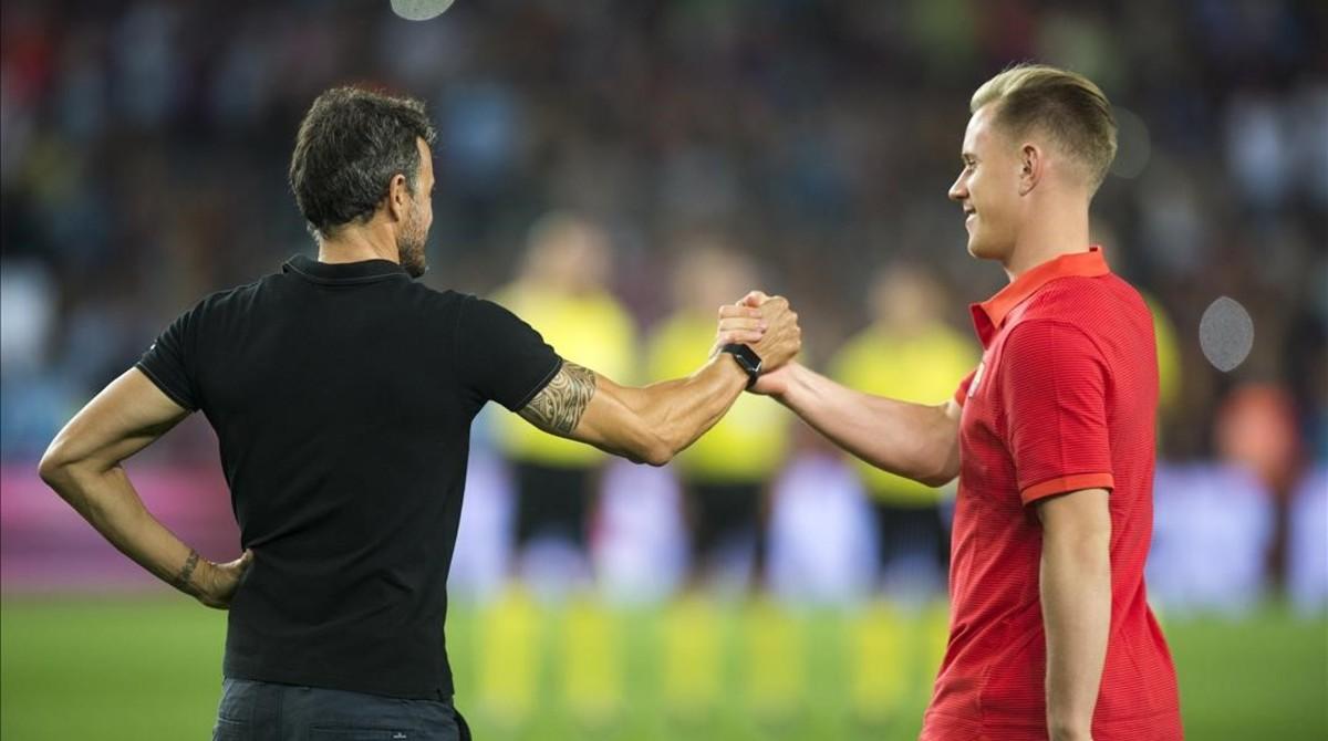 Luis Enrique estrecha la mano de Ter Stegen.