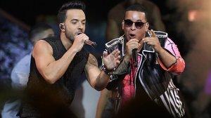 Luis Fonsi y Daddy Yankee durante su actuación en los premios Billboard 2017.