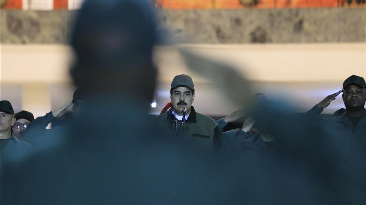 Maduro, flanqueado por militares, este jueves.