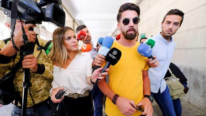 'La Manada' cumple con la obligación de ir al juzgado de Sevilla el día en que el TS decide su destino.