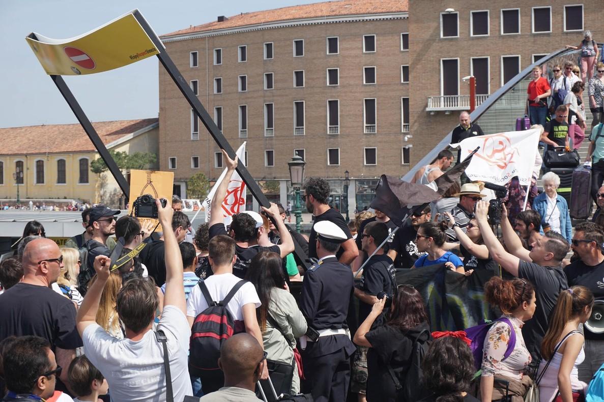 Manifestación contra los tornos que regulan el acceso al centro de Venecia, este domingo.