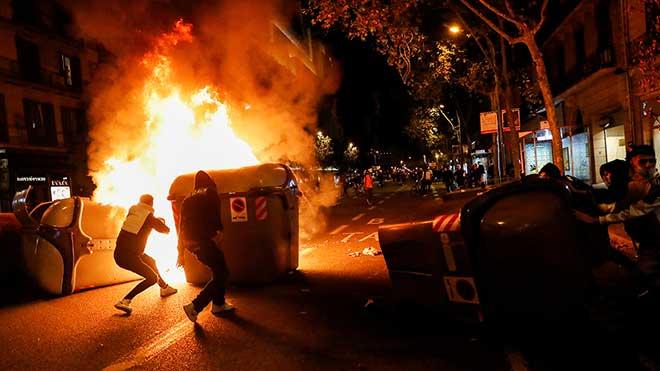 Manifestantes en contra de las restricciones del Covid han incendiadovarios puntos en Barcelona.