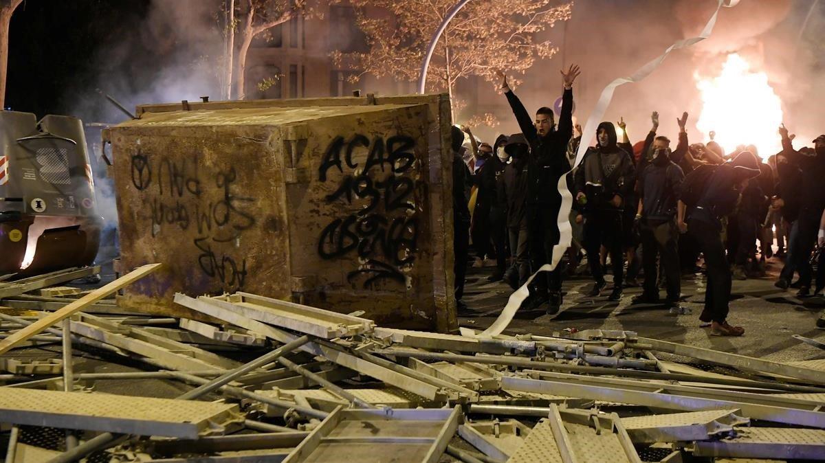 Manifestantes cortando una calle con barricadas en el centro de Barcelona