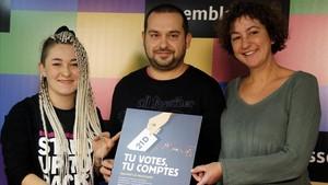 De izquierda a derecha, Maria Morante (CDR), Jordi Pairó (ACN) y Maria Ballester (CUP), en la presentaciónde lacampaña Tu votes, tu comptes.